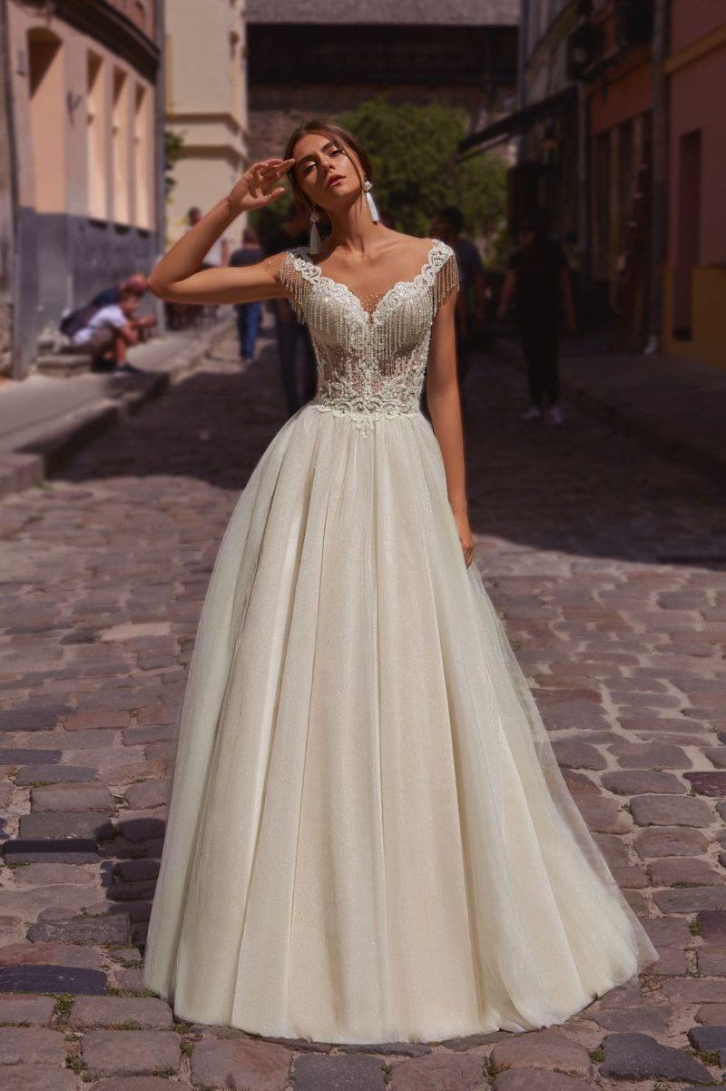 Свадебное платье с бахромой на лифе