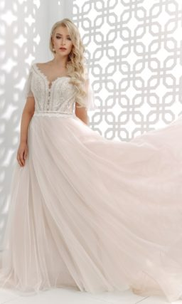 Пудровое свадебное платье с воздушными рукавами-крылышками