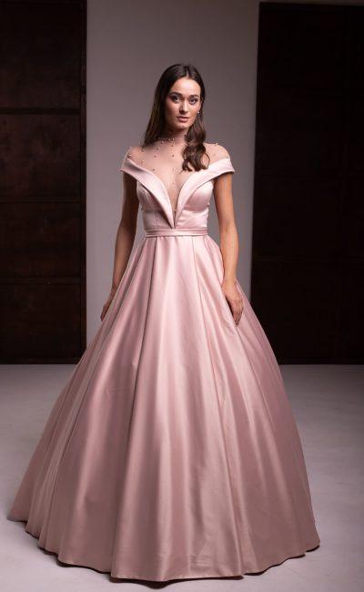 Вечернее платье из атласа пудрового оттенка