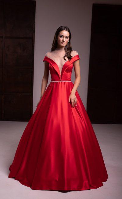 Вечернее платье из красного атласа