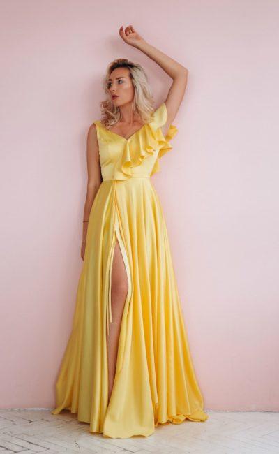 вечернее платье из желтого атласа