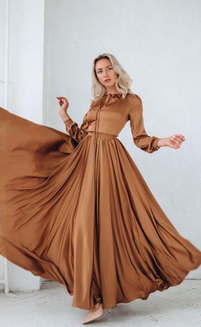 Длинное вечернее платье из атласа