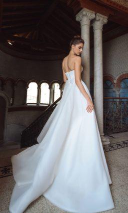 Свадебное платье с эффектным кроем