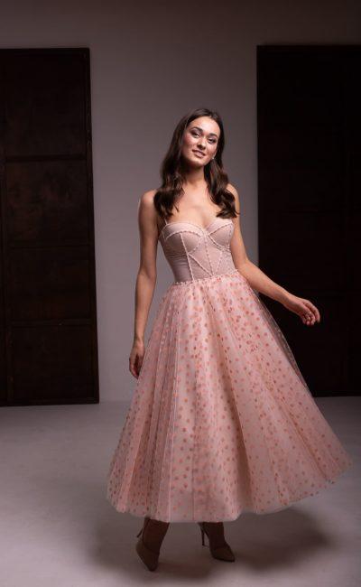 Вечернее платье в персиковом оттенке
