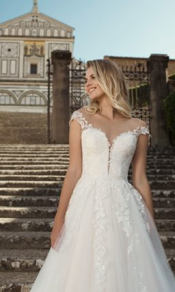 Свадебное платье декорированное изысканной вышивкой