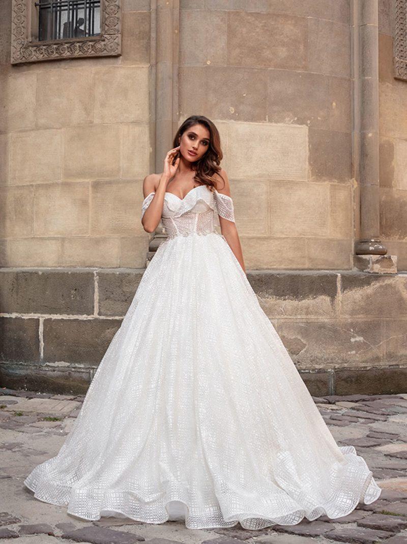 Пышное свадебное платье молочного оттенка с геометрическим рисунком