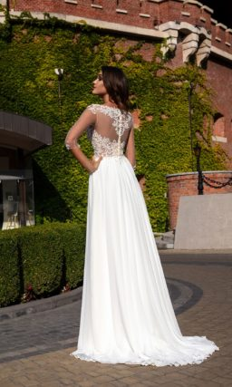 Легкое приталенное свадебное платье с ажурным верхом