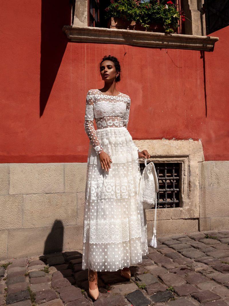 свадебное платье длины миди с кружевным декором