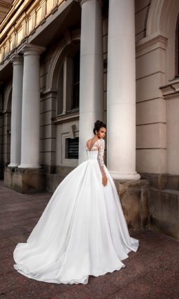 Минималистичное свадебное платье с пышной юбкой