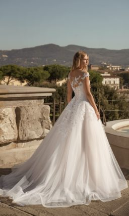 Свадебное платье украшенное вышивкой