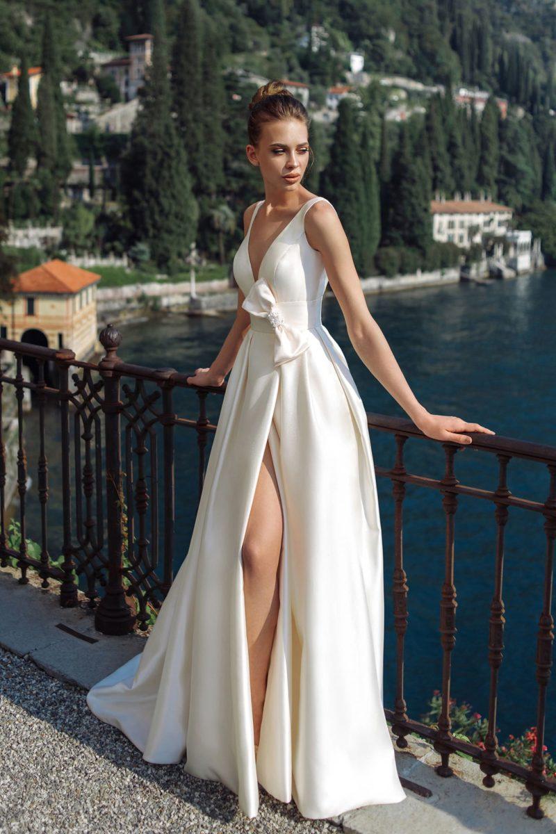 Свадебное платье из атласа цвета айвори
