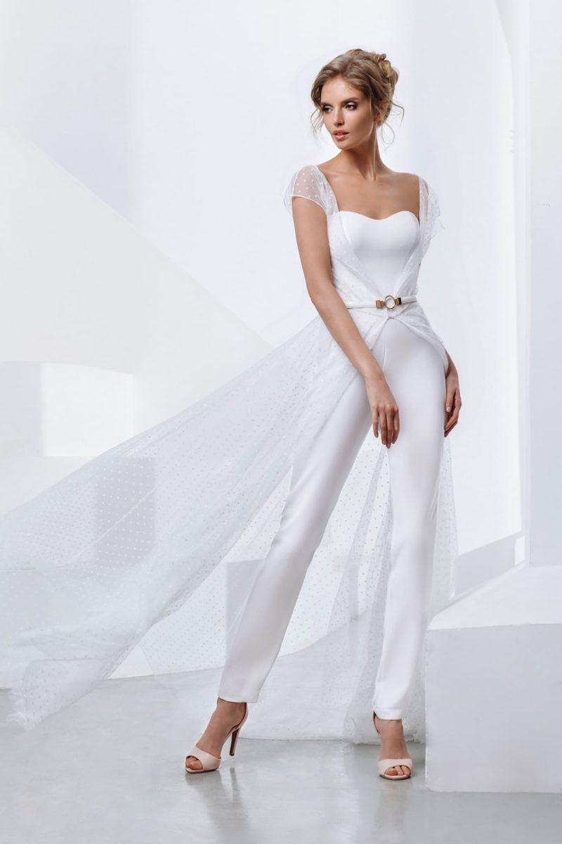 Свадебный комбинезон из белого крепа с открытым верхом