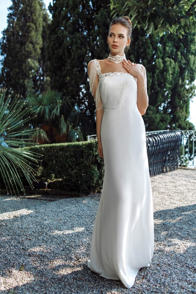 Приталенное свадебное платье с закрытым верхом