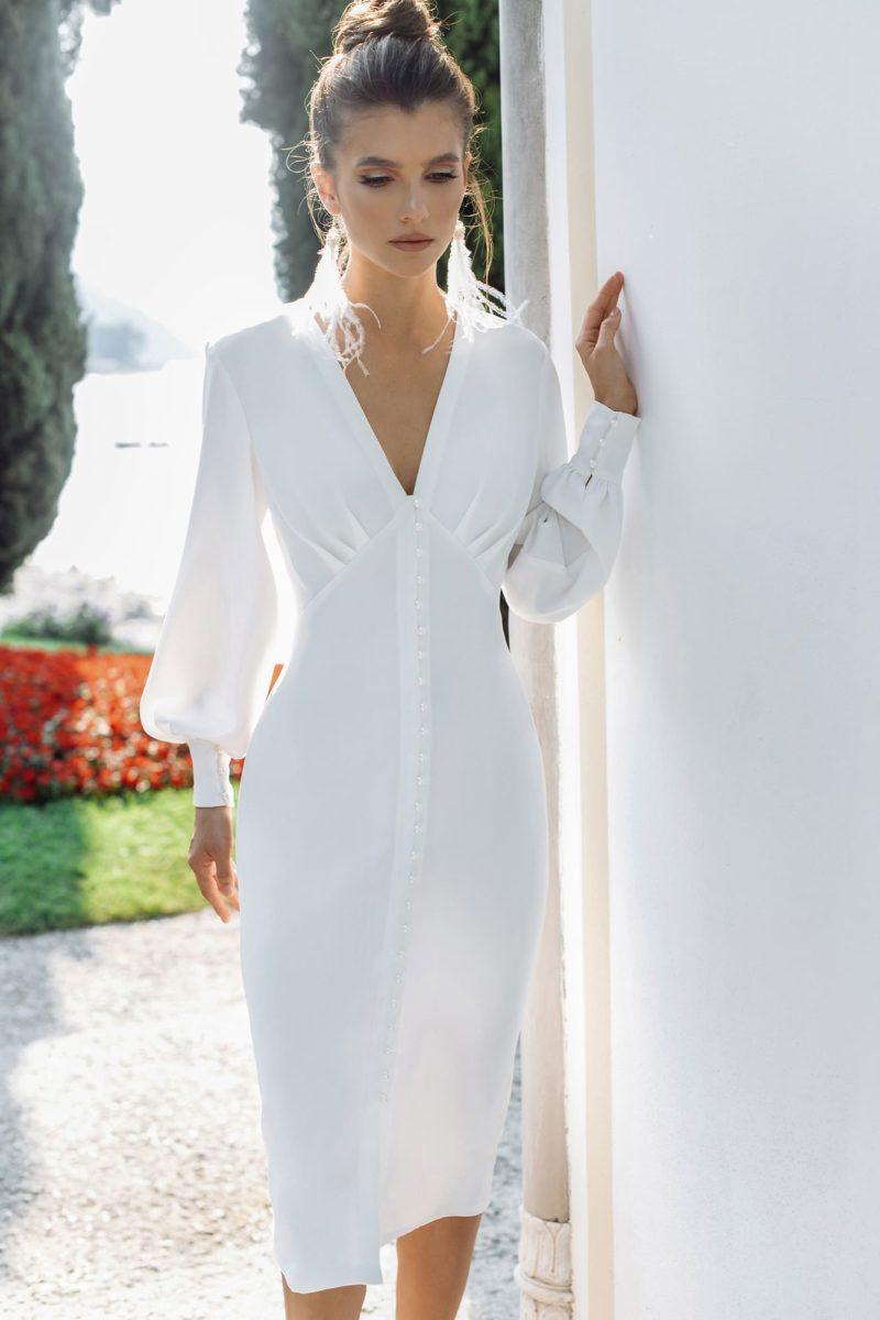Стильное короткое свадебное платье-футляр с длинными рукавами