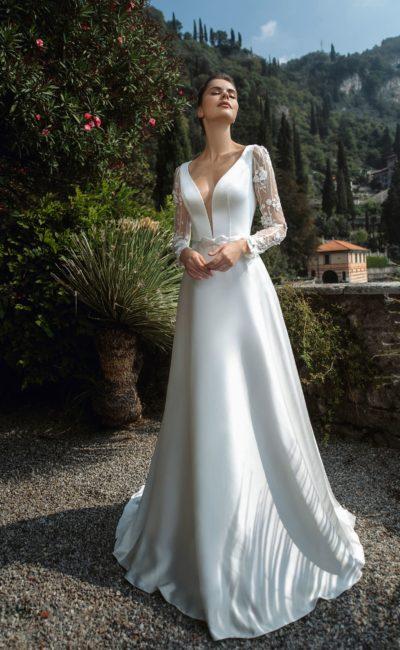 свадебное платье из атласа с кружевными акцентами