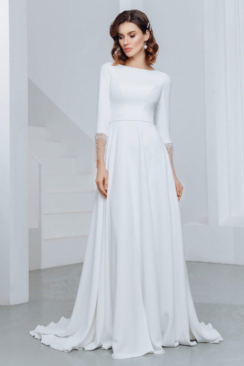 Свадебное платье  с длинными рукавами и свободной юбкой