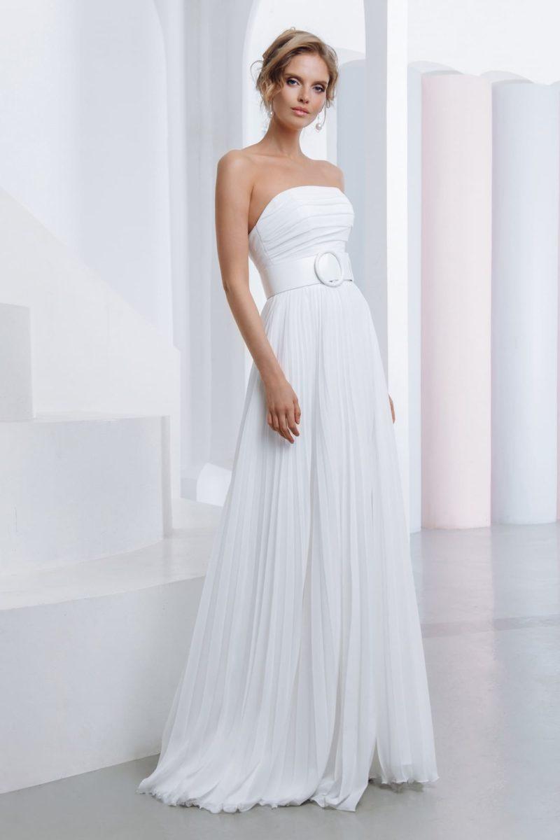 Лаконичное свадебное платье с открытым верхом