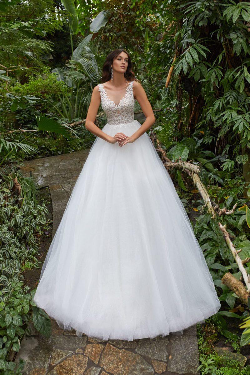 Свадебное платье бального силуэта с многослойной юбкой из фатина