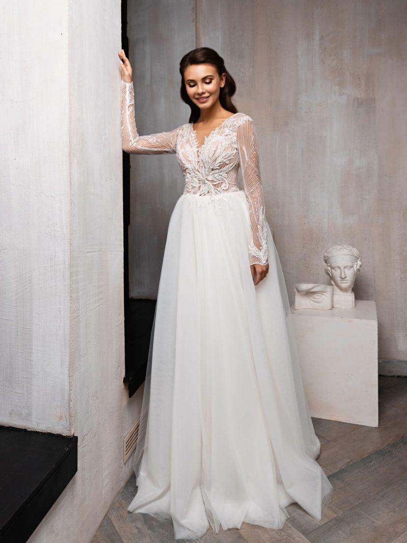 Свадебное платье с пышной юбкой и декором