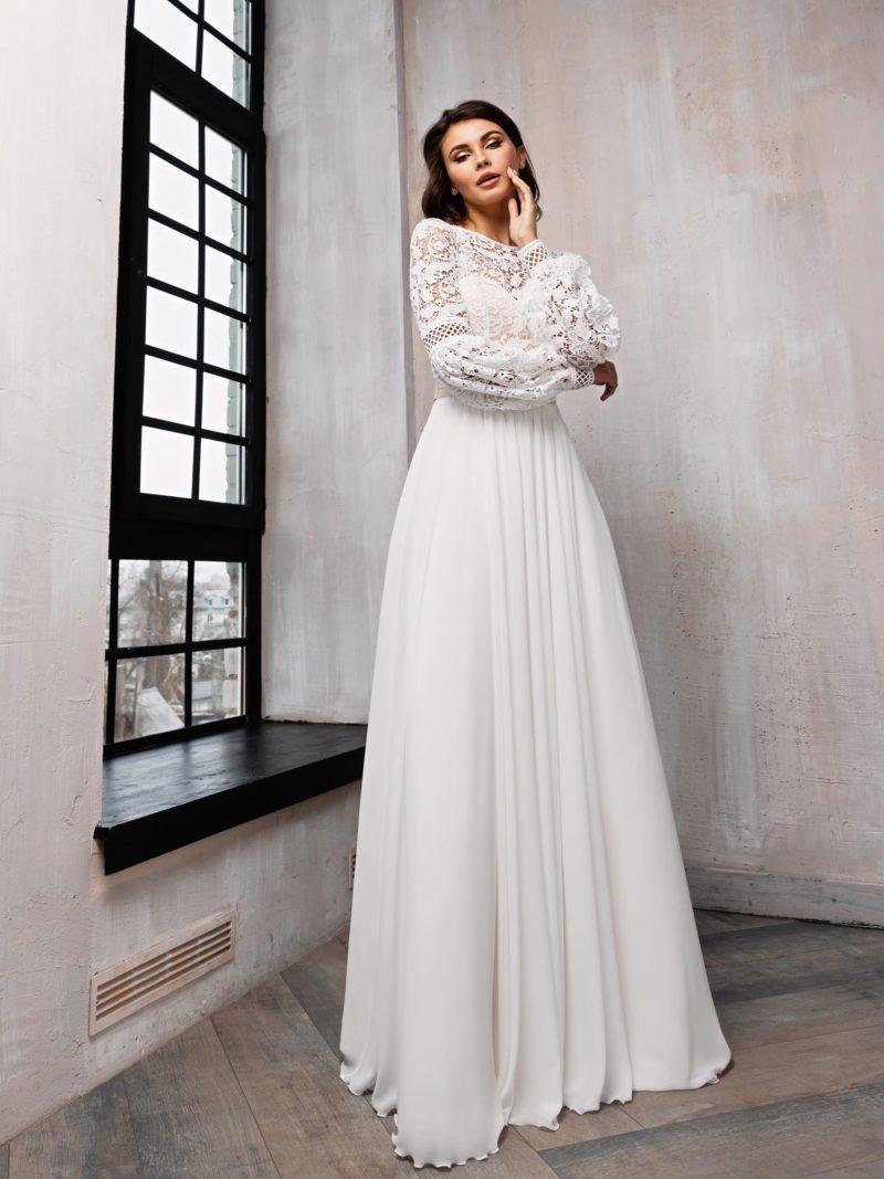 Свадебное платье с женственным декором
