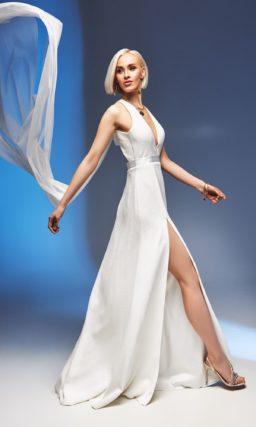 Прямое свадебное платье с вырезом