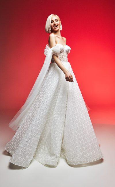 Пышное свадебное платье с объемным декором