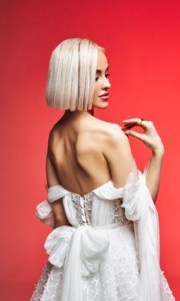 Пышное свадебное платье с открытым верхом