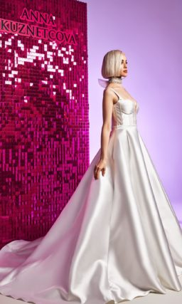 платье из блестящего глянцевого атласа
