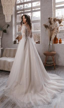 Свадебное платье украшенное кружевами