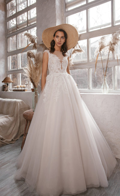 Свадебное платье силуэта принцесса с кружевным декором