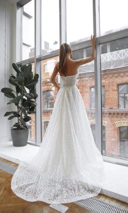 Свадебное платье декорированное тонкими и изящными вышитыми узорами