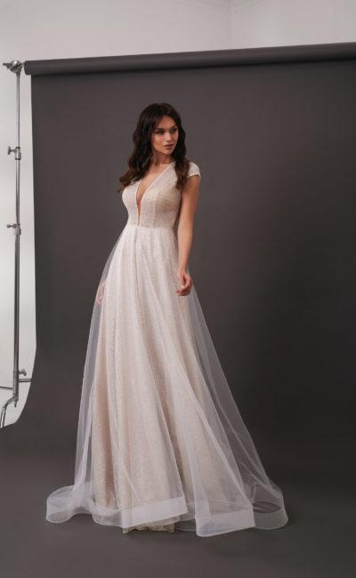 Приталенное свадебное платье оттенка капучино с люрексом