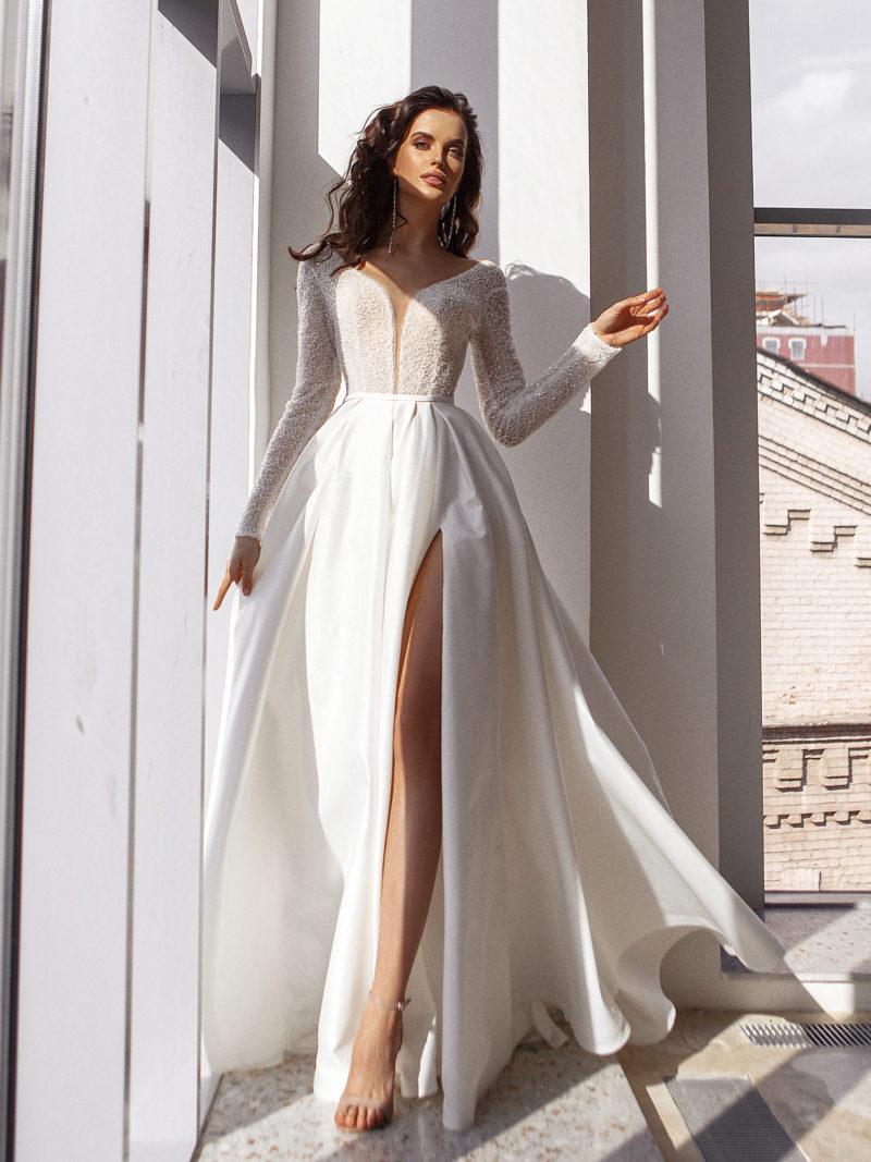 Свадебное платье с глубоким узким вырезом до талии