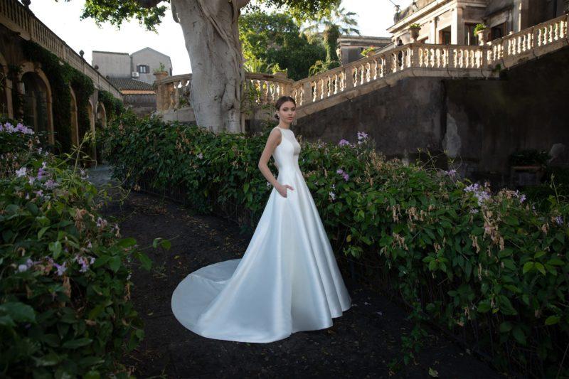 Минималистичное свадебное платье А-силуэта из белого атласа