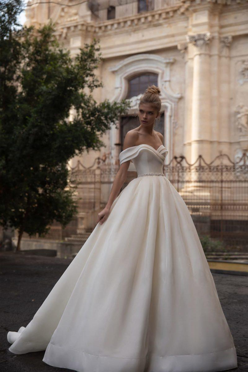 Пышное свадебное платье молочного оттенка с многослойной юбкой