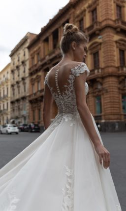 свадебное платье пудрового цвета с легкой пышной юбкой