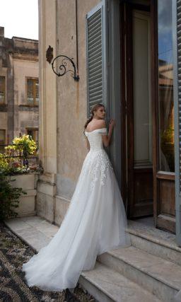 платье молочного цвета с легкой юбкой
