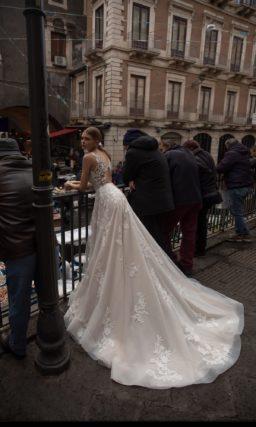 Приталенное свадебное платье оттенка капучино