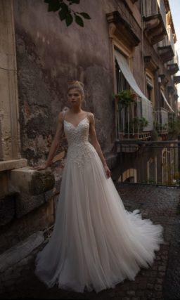 Приталенное цельнокроеное свадебное платье с плавной расклешенной юбкой