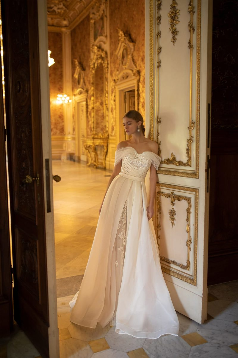 Элегантное свадебное платье с приталенным кроем