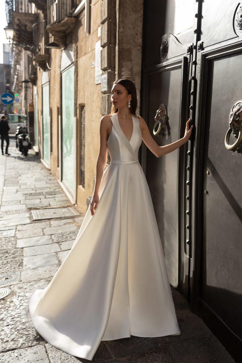 Минималистичное свадебное платье из белого атласа