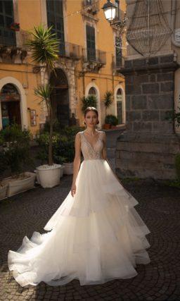 Пышное свадебное платье с легкой асимметричной юбкой