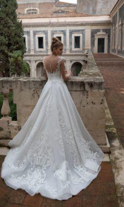 Приталенное свадебное платье с плавной расклешенной юбкой