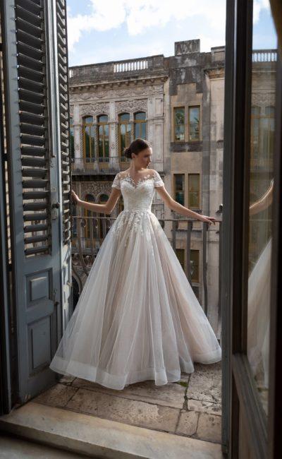 Пышное пудровое свадебное платье
