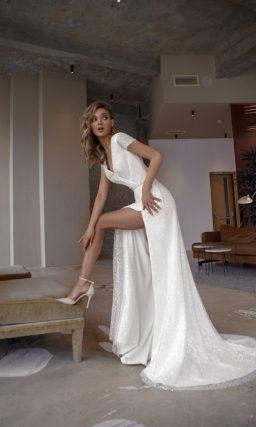 свадебное платье прямого кроя с разрезом