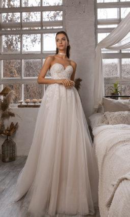 Свадебное платье с пышной юбкой и кружевными акцентами