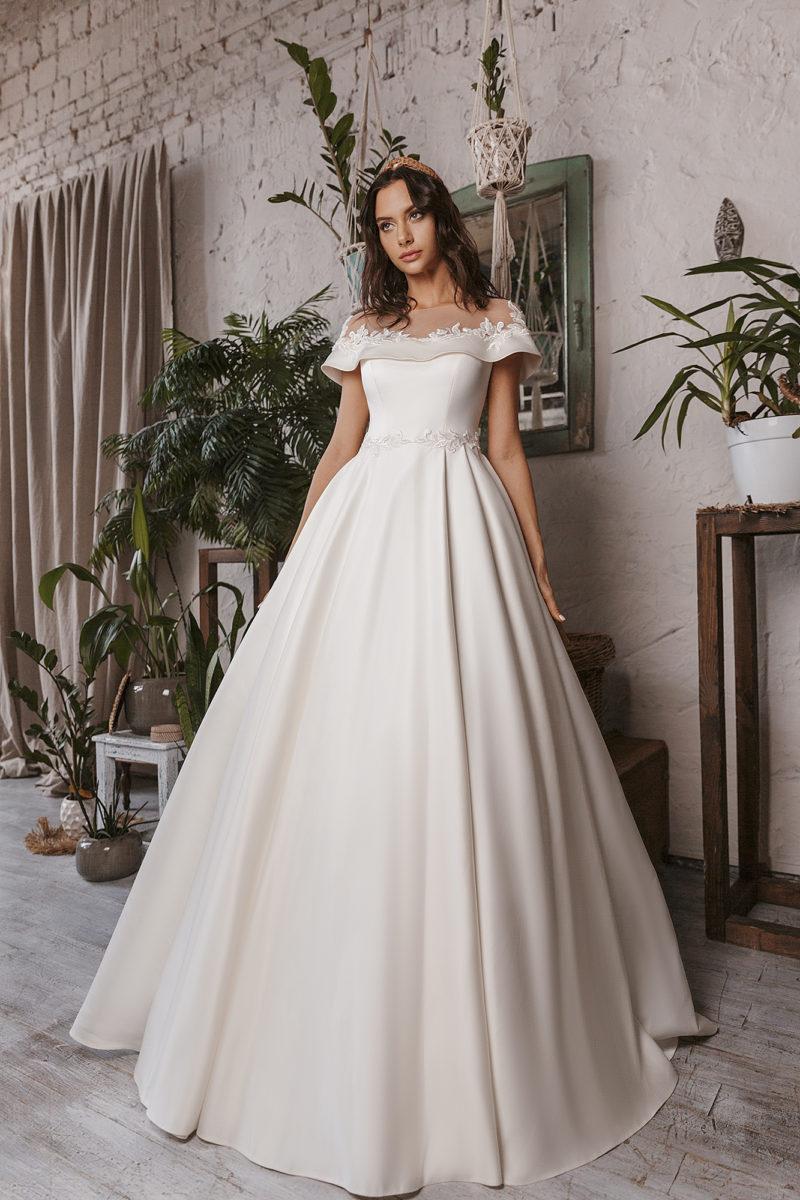 Свадебное платье из атласа цвета слоновой кости