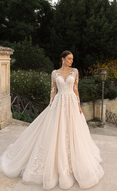 Свадебное платье с ажурными узорами