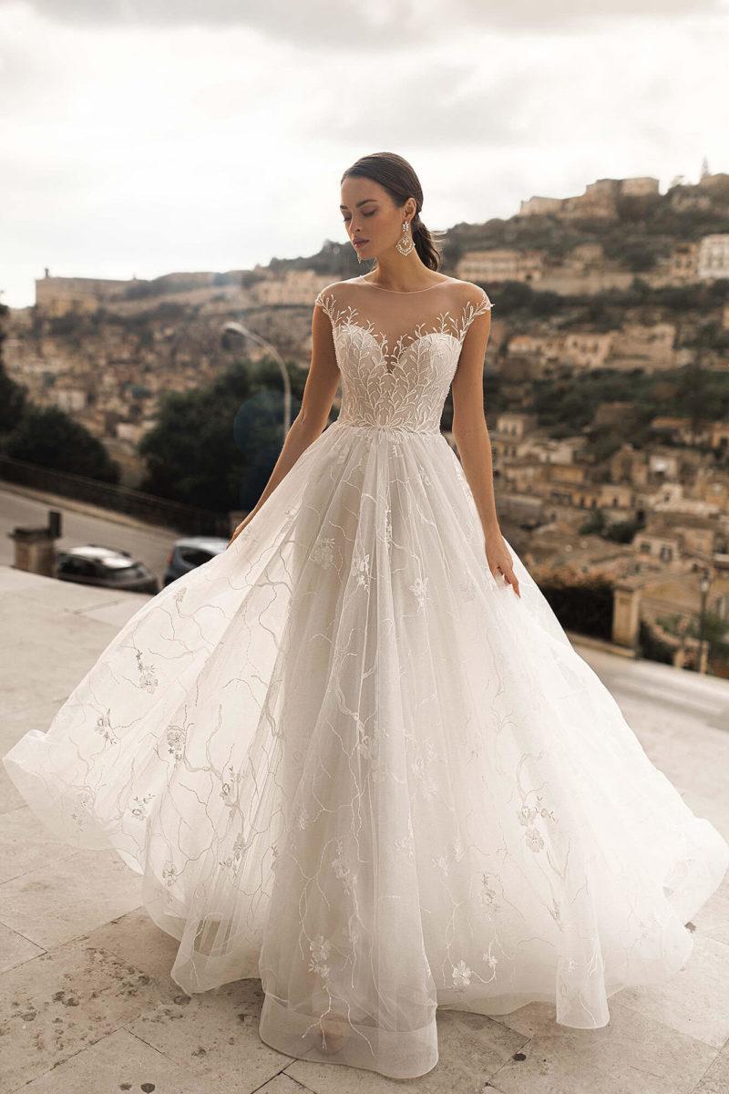 Свадебное платье с прозрачным декольте
