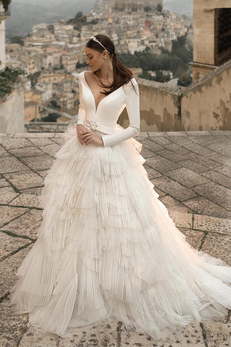 Свадебное платье с минималистичным верхом